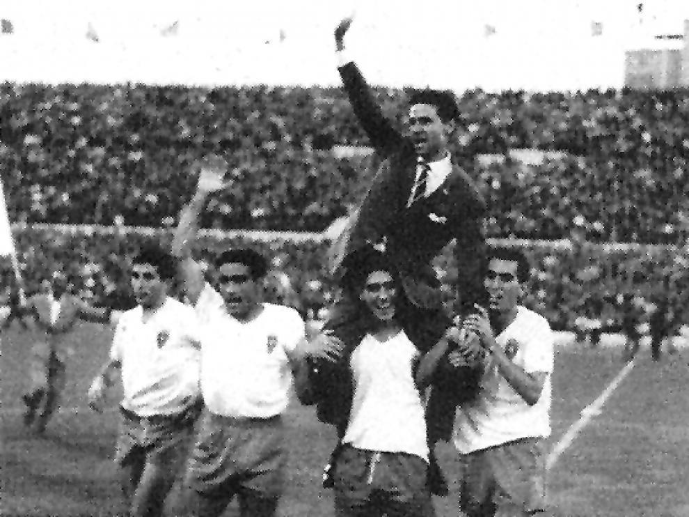 Luis Belló, en su etapa como entrenador, sale a hombros de La Romareda.