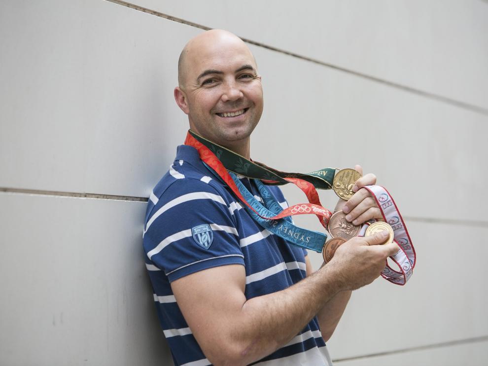 Demetrio Lozano posa con sus medallas, cuando anunció su retirada