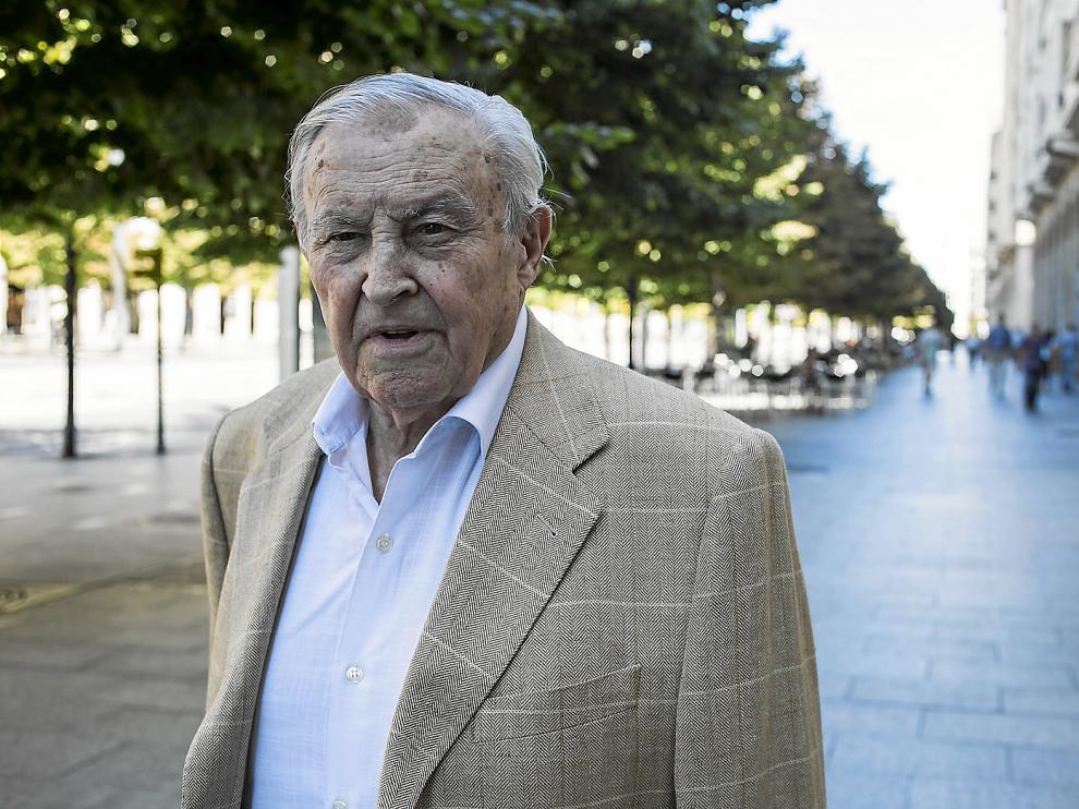 José Peris Lacasa, ayer, día de su 90 cumpleaños, en el paseo de la Independencia de Zaragoza.