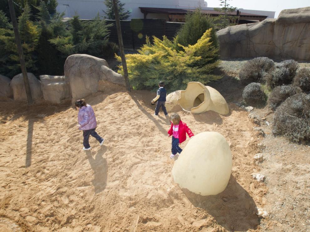 Varios niños juegan en Dinópolis