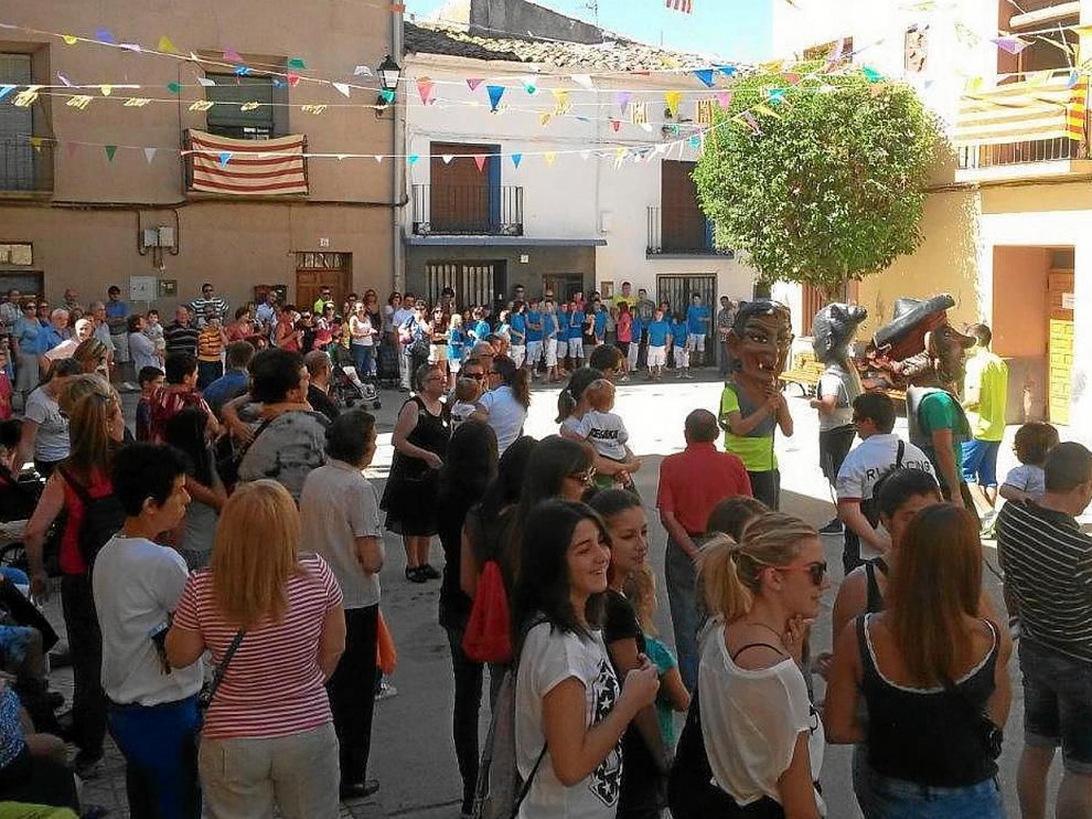 Los longarinos se reunieron ayer en la plaza de España en la salida de la comparsa de cabezudos para comenzar sus fiestas.