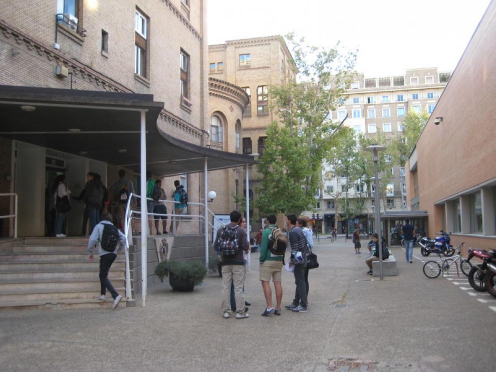 Alumnos en la entrada de la Facultad de Económicas