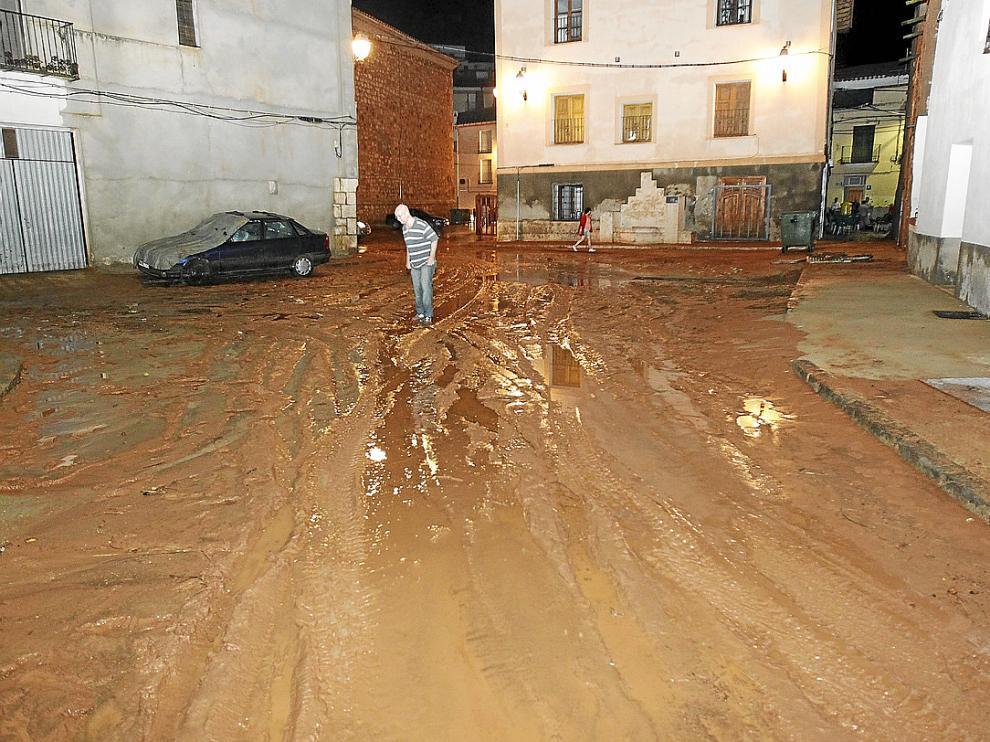 Una calle de Villel, convertida en un lodazal por el desbordamiento de una rambla.
