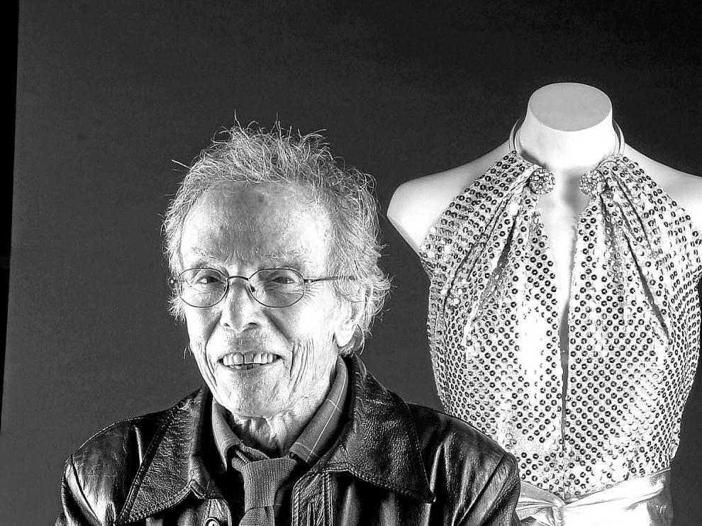 El modisto aragonés Manuel Pertegaz, junto a uno de sus diseños.
