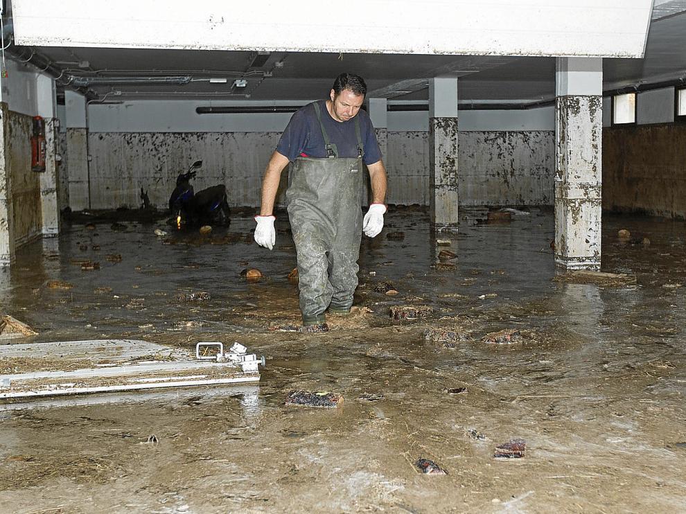 Los bomberos de la Diputación Provincial extrajeron agua y barro de una cochera que quedó anegada en Villel