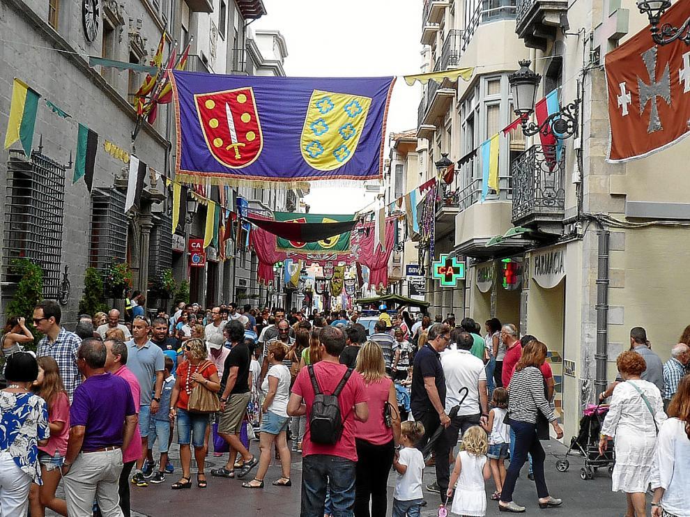 El centro de Jaca estuvo ayer lleno coincidiendo con la celebración del tradicional mercado medieval.