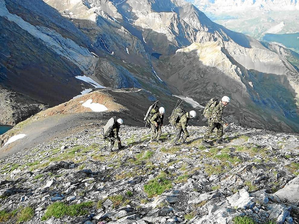 Cuatro soldados haciendo una instrucción técnica de montaña estival en el pico Collarada.