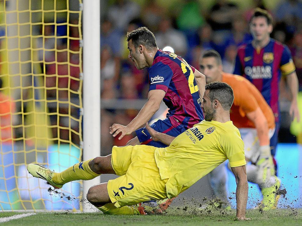Sandro aprovecha un centro de Leo Messi para anotar el único gol del partido, ayer en Villarreal.