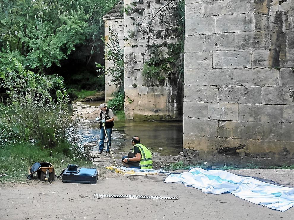 La Unidad de Policía Judicial de la Guardia Civil en Ejea tomaba mediciones el sábado junto al río.
