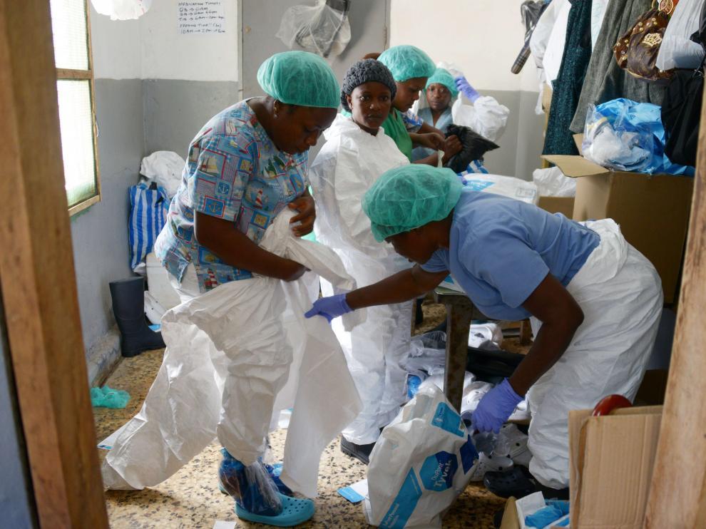 Varios sanitarios en un hospital de Monrovia