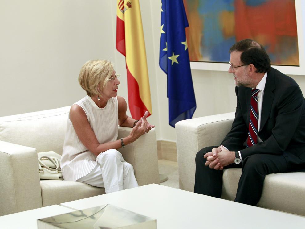 El presidente del Gobierno, Mariano Rajoy (d), conversa con la líder de UPyD, Rosa Díez
