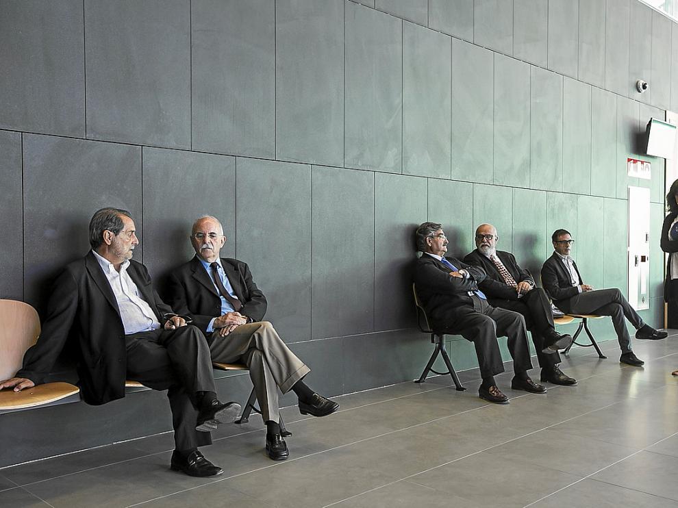 Los seis exconsejeros de Plaza, esperan su turno para declarar como testigos en el juicio.