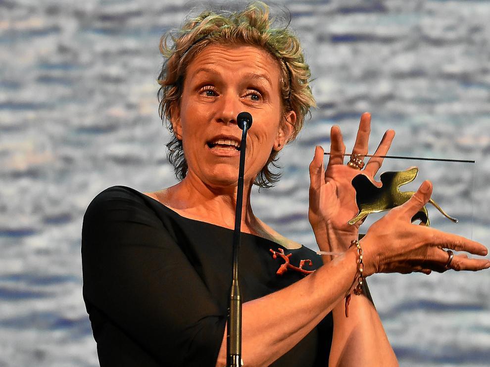 Frances McDormand, tras recibir ayer la placa que acredita su reconocimiento por el Festival de Venecia.