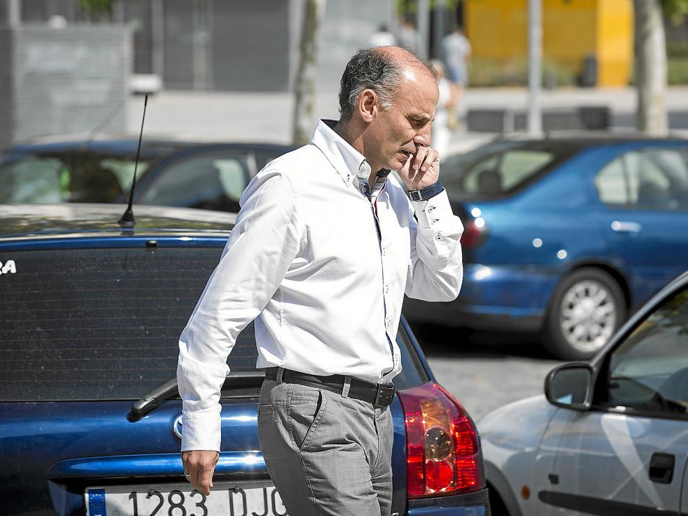 Ángel Martín González, dirigiéndose ayer a la Romareda para las presentaciones de Willian José y Lolo.