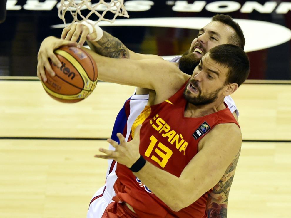 Marc Gasol captura un balón durante el partido contra Serbia