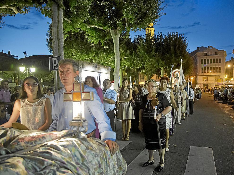 Los vecinos marcharon en procesión por el casco histórico bajo la luz de 200 farolillos.
