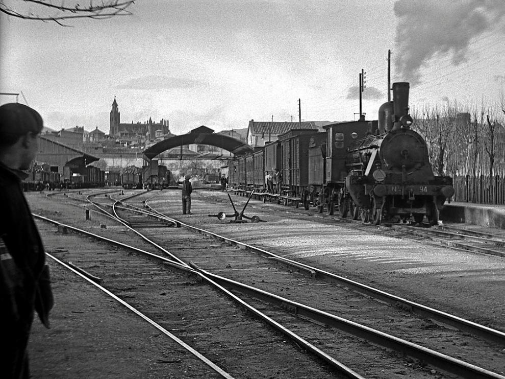 Estación de ferrocarril de Huesca, con la catedral al fondo, en torno a 1910.