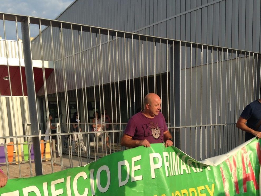 Protesta de padres en la puerta del colegio Vadorrey