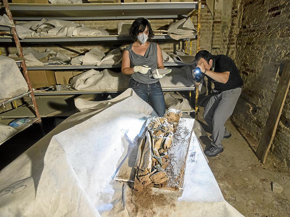 Elena Vázquez, conservadora del Museo del Traje, y el fotógrafo Gustavo Vázquez, en pleno trabajo,  en Quinto.
