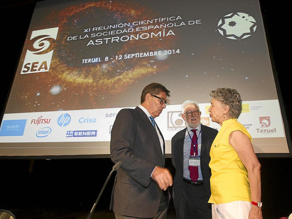 Acto inaugural de la Asamblea de la Sociedad Española de Astronomía, al cual asistieron el consejero Arturo Aliaga. Junto al él en la foto, Mariano Moles y Silvia Torres-Peimbert.