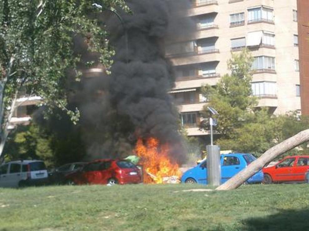 Arden varios contenedores en Zaragoza