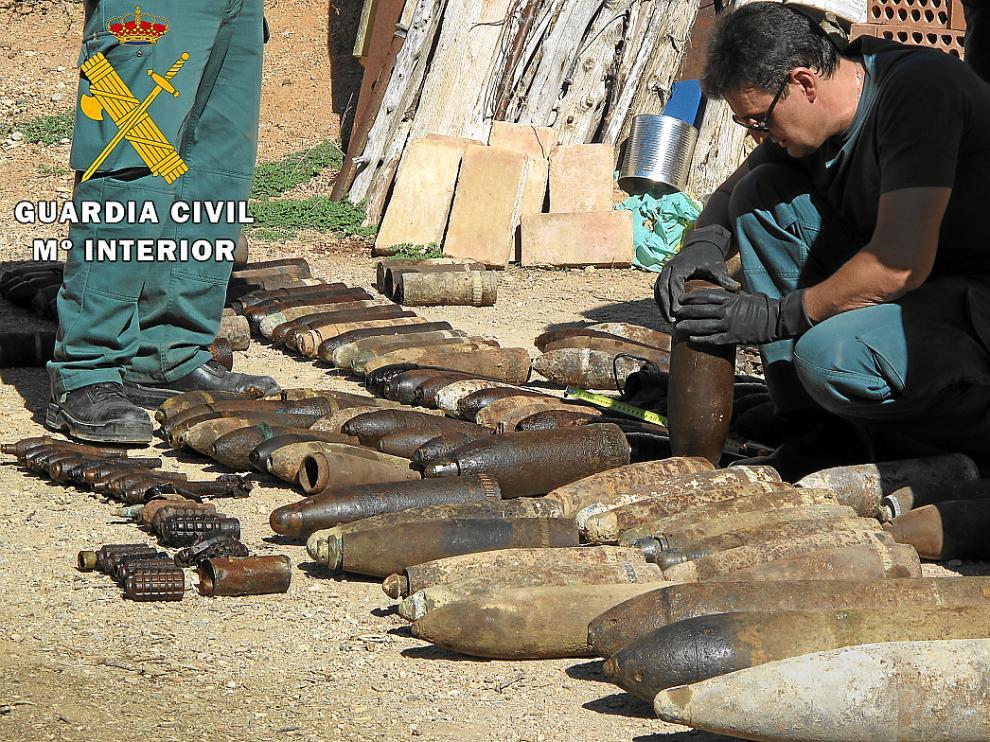 Expertos en desactivación de explosivos examinan las granadas y obuses localizados en Villastar.