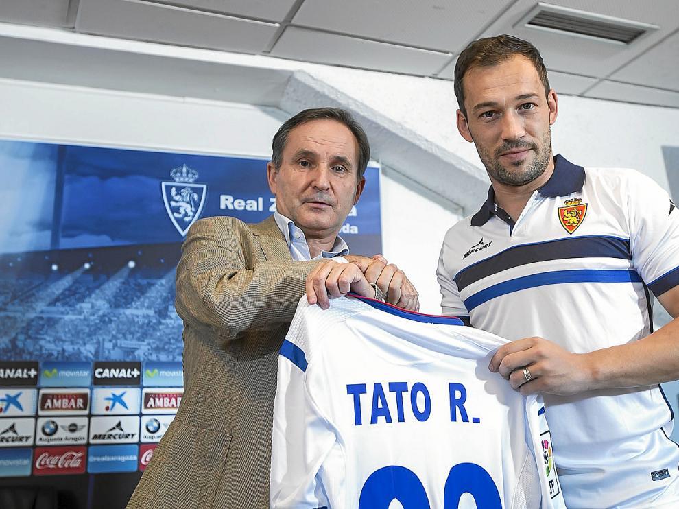 Jesús Rodríguez Tato, ayer en el acto de su presentación como jugador zaragocista, con el consejero delegado Carlos Iribarren.