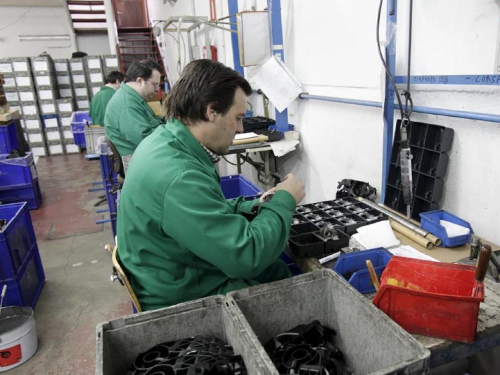 Un trabajador con discapacidad durante su jornada laboral