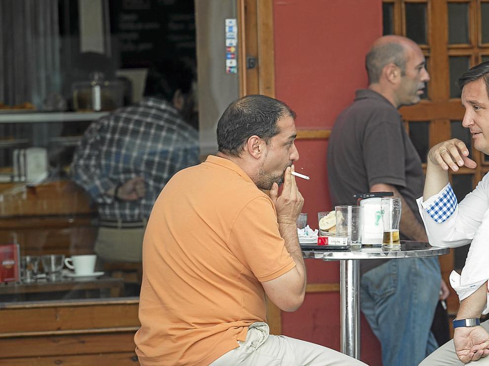 La ley antitabaco causó que los bares abrieran cientos de terrazas, mientras que los clubs de fumadores no han triunfado.