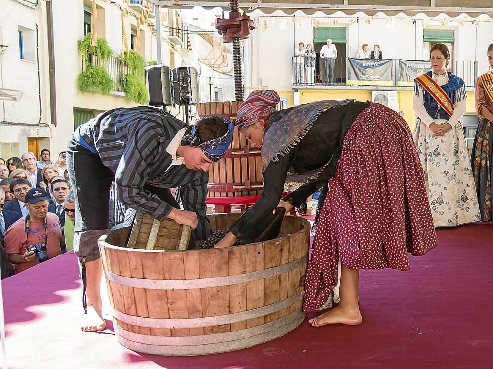 Alba y David Pardo se preparan para el pisado de las uvas en compañía de la reina de la vendimia y las reinas de las fiestas.