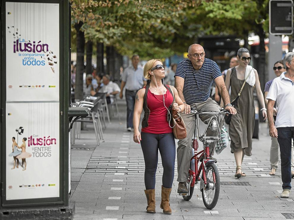Un ciclista transita por la acera bici en una imagen tomada ayer. Las líneas se borrarán en los próximos días.