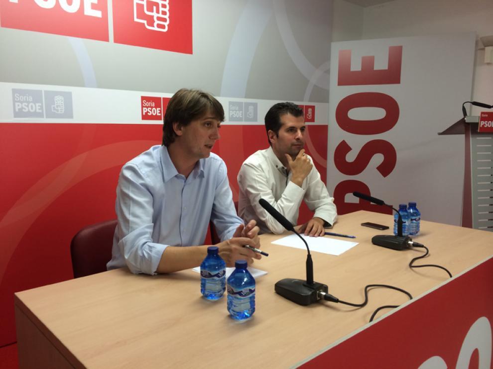 Luis Tudanca junto a Carlos Martínez en la sede socialista en Soria