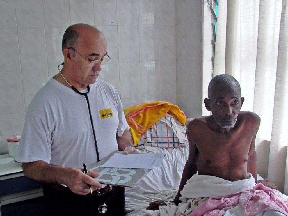 Manuel García Viejo, a la izquierda, atendiendo a un paciente