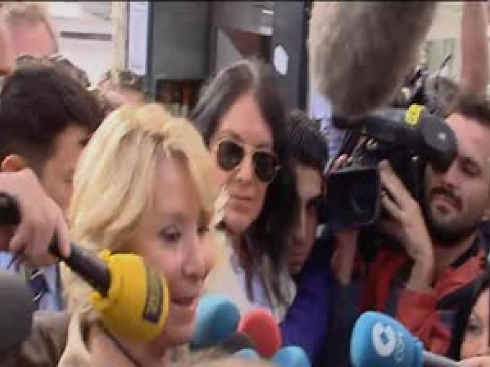 Aguirre es consultada por los periodistas