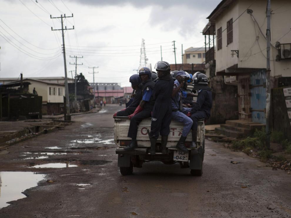 Unos policías patrullas en una calle vacía de Freetown, en Sierra Leona, durante el anterior toque de queda.