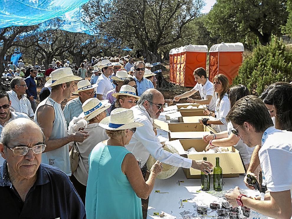 Tras el acto político hubo degustación de longaniza acompañada de vino.