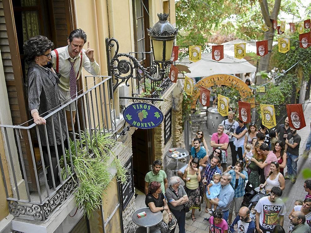 El concejal y la mojigata representando el sainete desde un balcón de El Tubo.