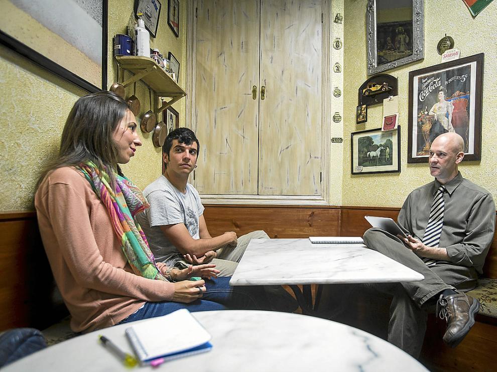 Dos alumnos practican la parte oral del examen de Cambridge con un profesor nativo en Modlang.