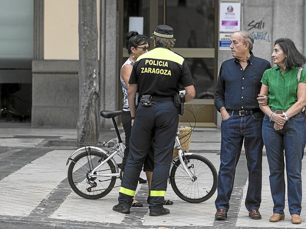 El pasado viernes, un agente dialoga con un ciclista en el paseo de Pamplona.