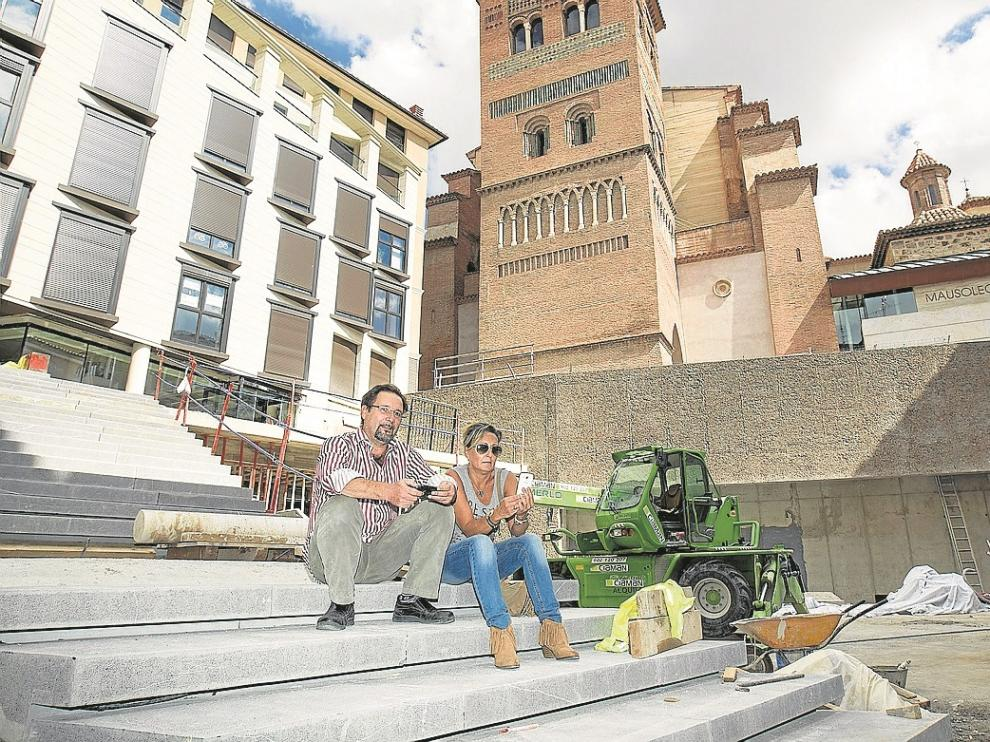 Antón Zarauz y Gloria Jiménez, creadores de la página, en la plaza Amantes, que está en obras.