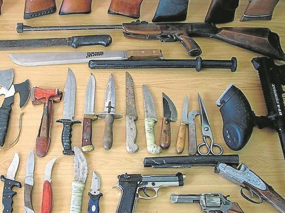 Armas. Munición, pistolas, escopetas, un revólver, cuchillos, tres hachas, dos machetes, tres navajas y una pistola láser.