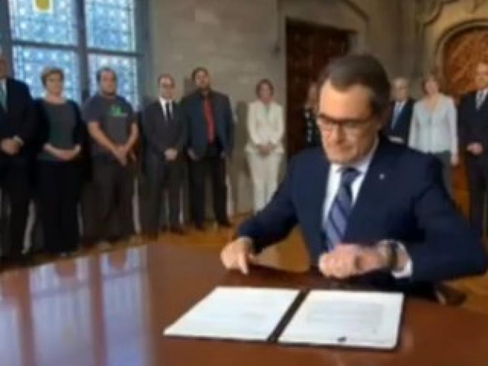 Artur Mas firma el decreto de consulta