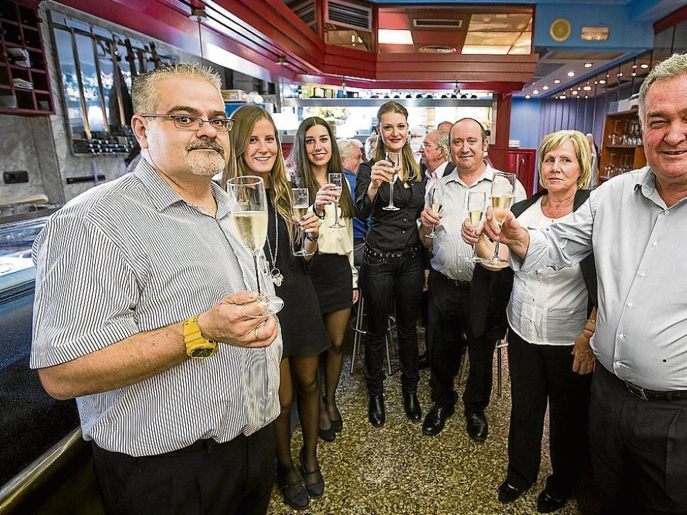 José Manuel Elías, Antonio Valenciano y Jesús Bernad, con familiares y amigas