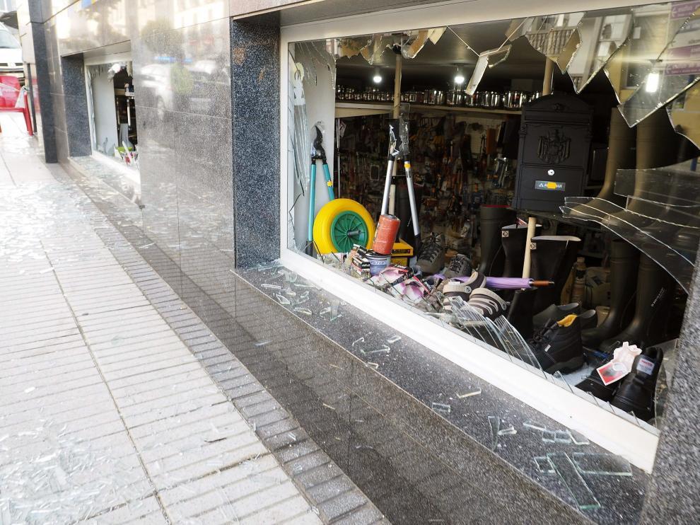 Daños en comercios cercanos al Ayuntamiento de Baralla