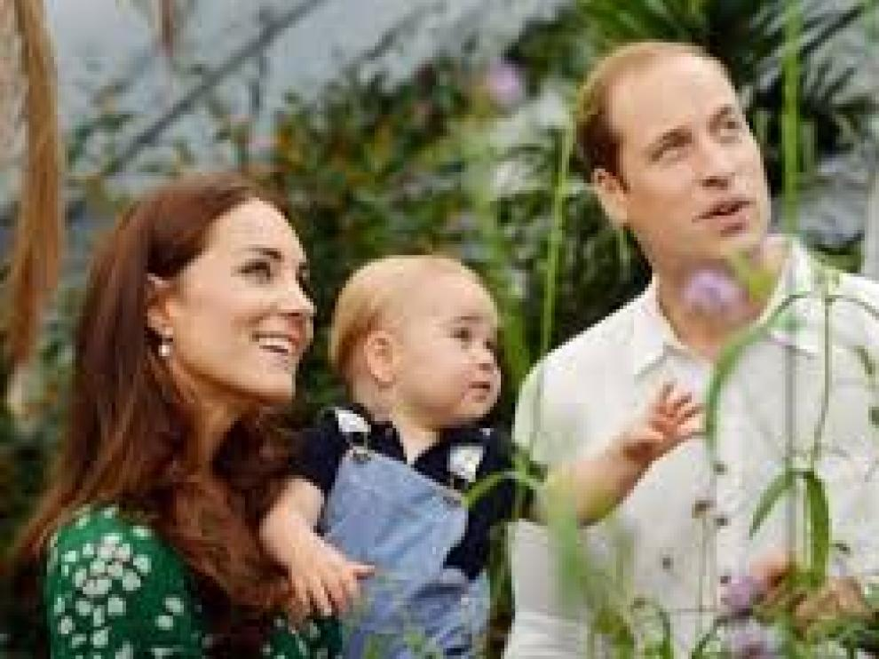 Los duques de Cambridge y el príncipe Jorge. Foto de archivo