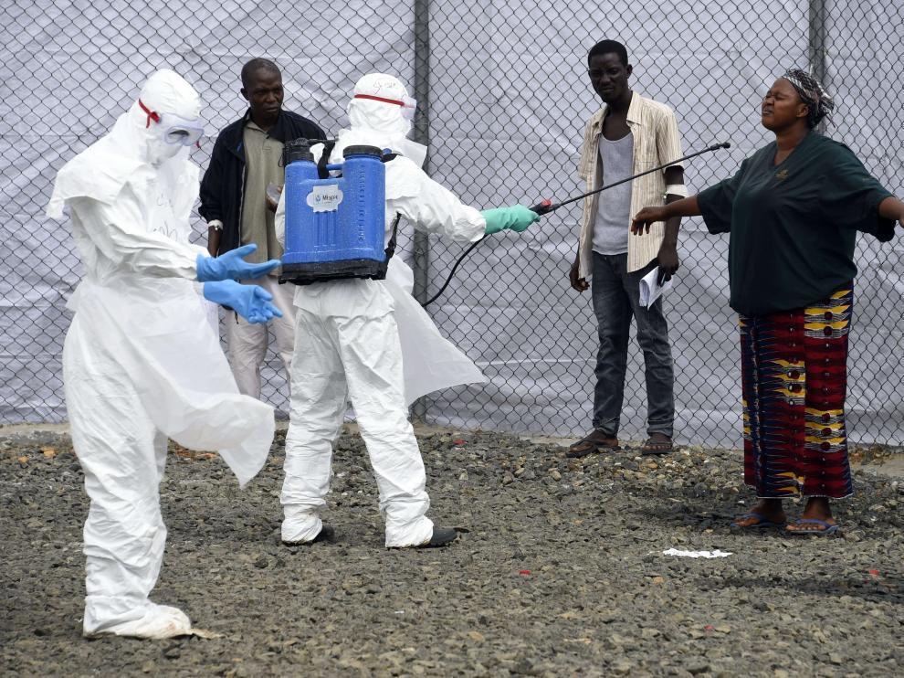 Personal sanitario a la salida de un hospital en Monrovia (Liberia).