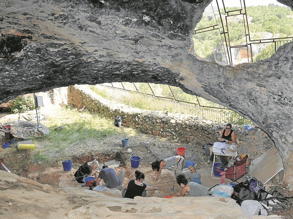 Un aspecto de las excavaciones arqueológicas realizadas a finales de septiembre en la cueva oscense de la Fuente del Trucho.