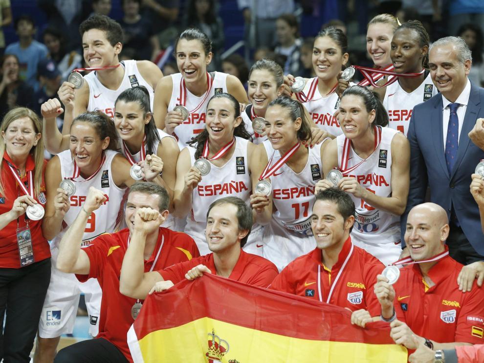 Las chicas de la selección posan con sus medallas