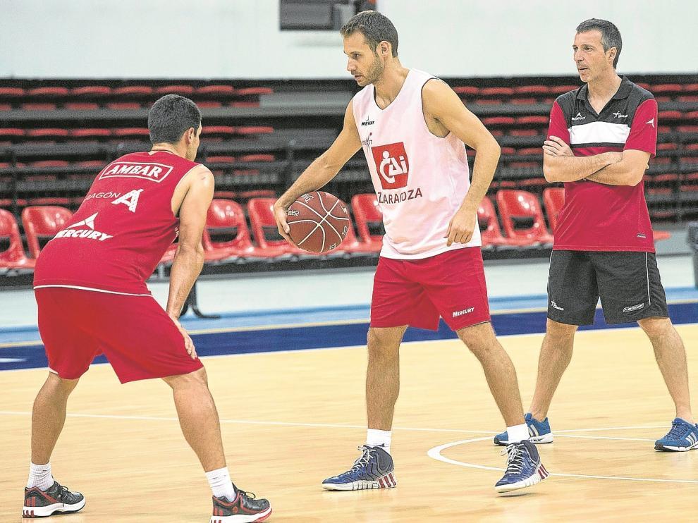 Pedro Llompart, base del CAI Zaragoza, es defendido por Kevin Lisch durante un entrenamiento.