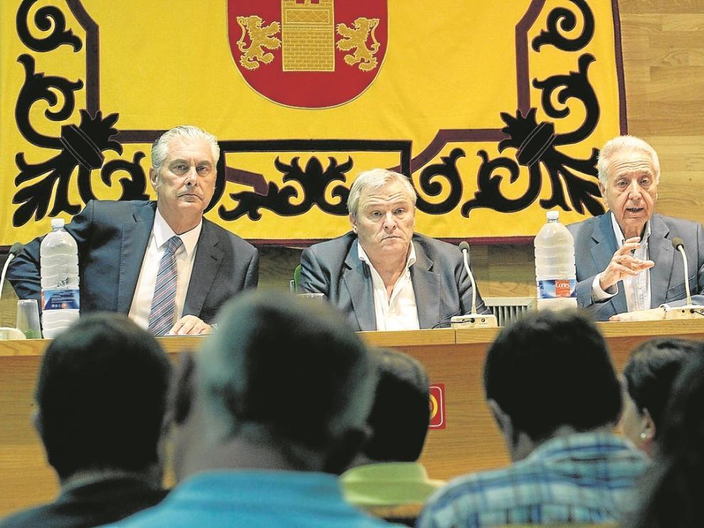 Antonio Suárez, Jesús Gayán y Modesto Lobón, ayer, durante la reunión de Villanueva.